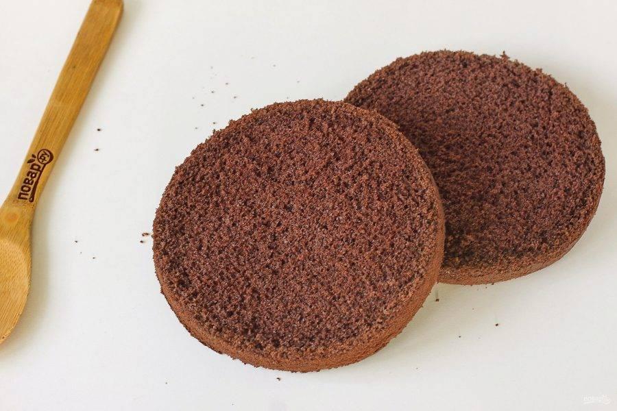 У остывшего бисквита срежьте шапку, после чего разрежьте бисквит на 2 части.
