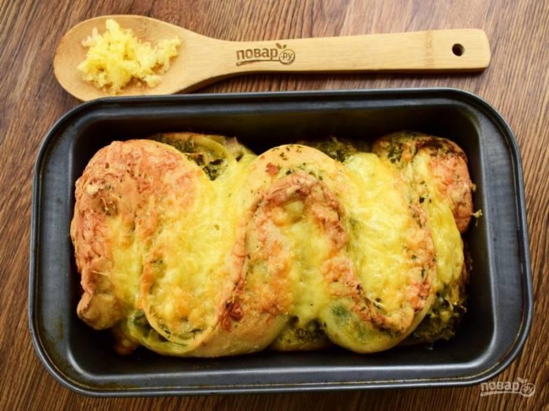 Поставьте чесночный хлеб запекаться в разогретую до 180 °C духовку  на 1 час, через 30 минут накройте форму фольгой.