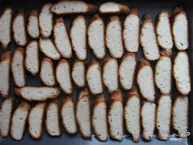 Сушить сухари надо в духовке при 160 градусах минут 25.  Время от времени их переворачивайте, чтобы не подгорели.