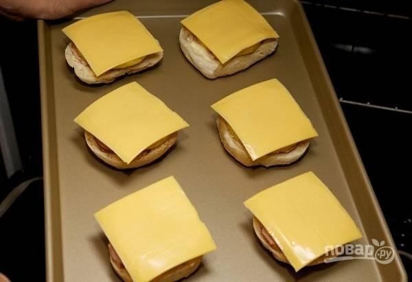 4. В завершит все ломтик сыра.