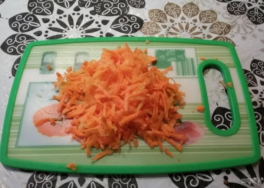 2.Пока фарш на плите, чищу и мою морковку, измельчаю ее на крупной терке.