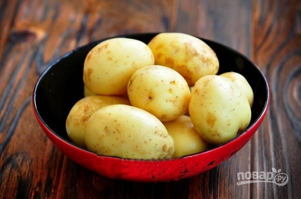 Промойте картофель под проточной водой, отварите его до полуготовности.