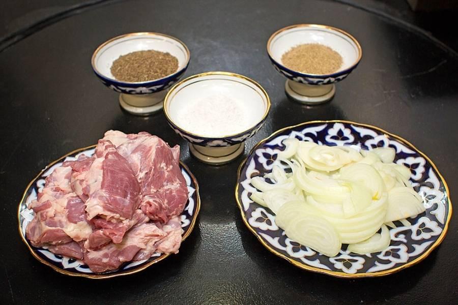 Мясо режем сначала на крупные куски, лук тоже крупно режем. Перемешиваем, посыпаем солью, специями.