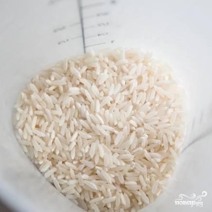 Рис промываем и отвариваем до готовности так, как указано на упаковке. Готовый рис снимаем с огня и отставляем.