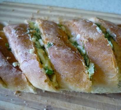 3. Промазываем начинкой из зелени, чеснока и сыра. Склеиваем обратно.