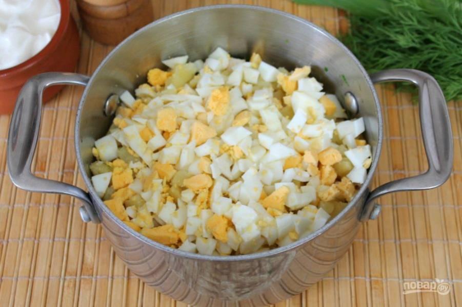 Яйца чистим, режем и высыпаем к остальным ингредиентам.