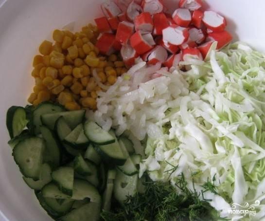 7.Измельчите лук, соедините все нарезанные продукты, перемешайте, добавьте соль.