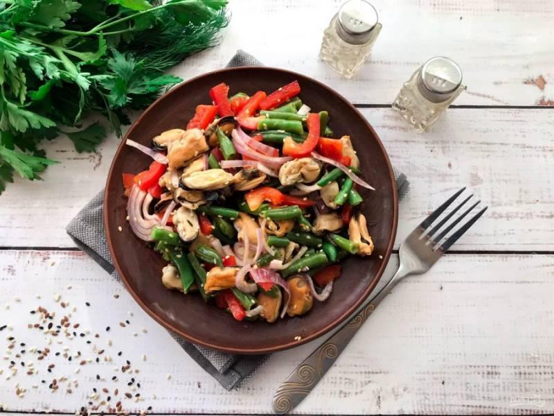 Салат с мидиями и стручковой фасолью готов. Приятного аппетита!