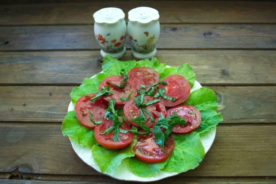Свежий базилик зеленого или фиолетового цвета нарезать соломкой. Измельченным базиликом посыпать помидоры.