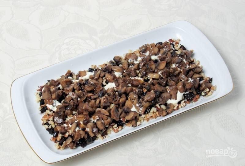 Смажьте слой соусом. Дальше уложите остывшие грибы с луком со сковороды.