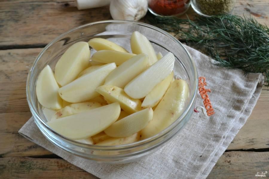 Порежьте картофель на четвертинки.