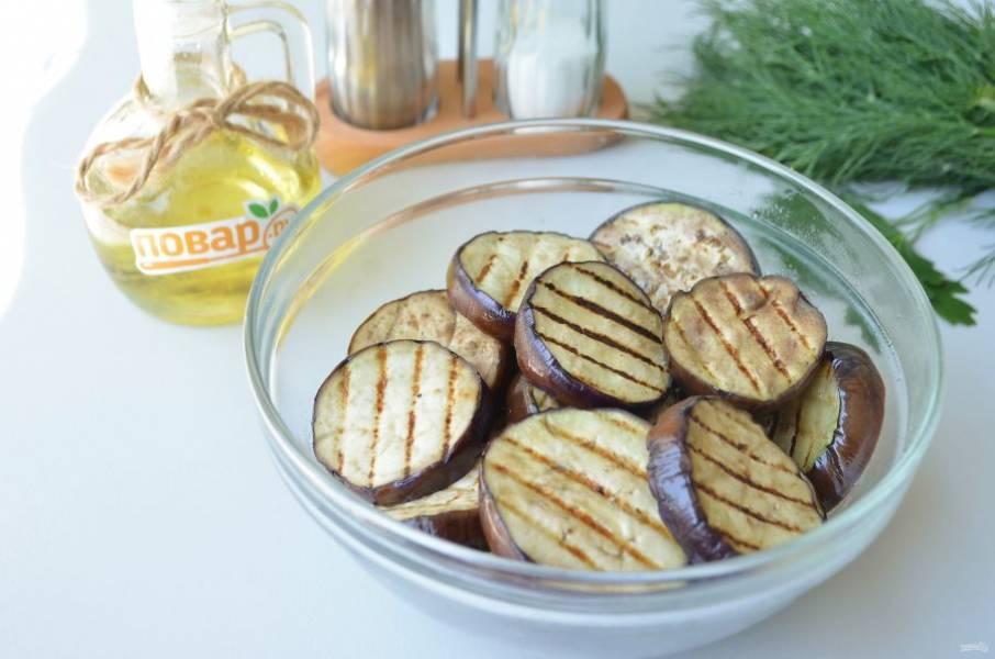 4. Баклажаны подпеките на почти сухой сковороде, масло не наливайте, а просто смажьте кисточкой.