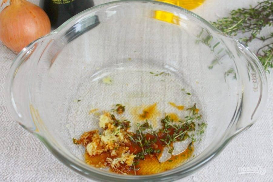 Наливаем соевый соус и подсолнечное масло.