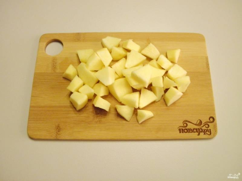 С яблока снимите кожуру, порежьте небольшими кубиками и сбрызните лимонным соком, чтобы не потемнели.