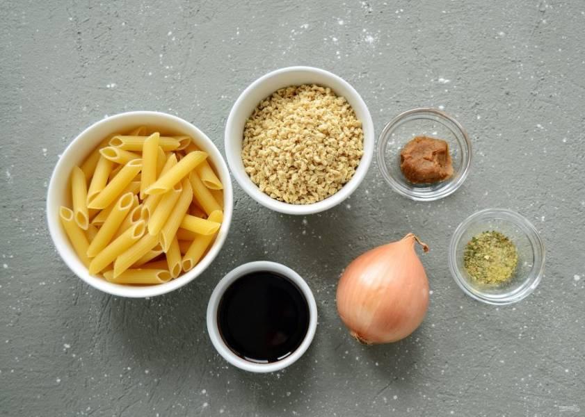 Подготовьте все ингредиенты. Поставьте нагреваться кастрюлю с водой.