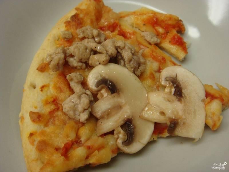 Пицца с грибами и фаршем