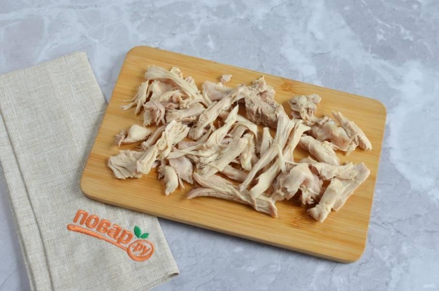 3. Достаньте мясо из супа, отделите косточку, мясо разберите на волокна и верните в суп.