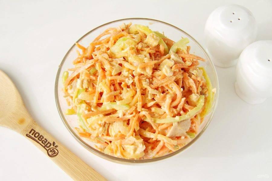 Заправьте салат майонезом, перемешайте и можете подавать к столу. Но если дать салату настояться 1 час в холодильнике, то он будет еще вкуснее.