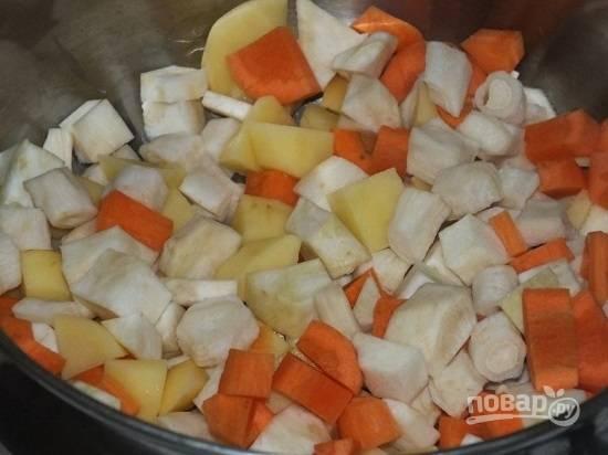 Очистим картофель, морковь и сельдерей, нарежем их небольшими кубиками.