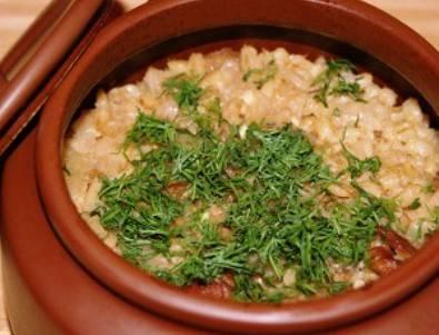 7.  Готовое блюдо посыпьте зеленью, положите по кусочку сливочного масла в каждый горшочек. Приятного аппетита!