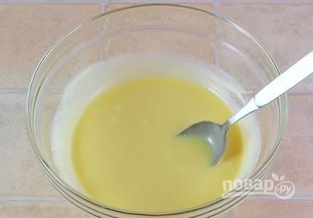 Масло размягчите, а потом добавьте к нему сгущёнку. Тщательно перемешайте массу.