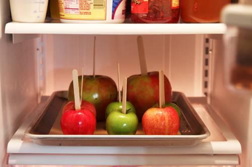 2. Наколоть на них палочки (лучше всего заостренные и не тонкие, чтобы выдержали вес яблока) и отправить в холодильник минимум на 15-20 минут.