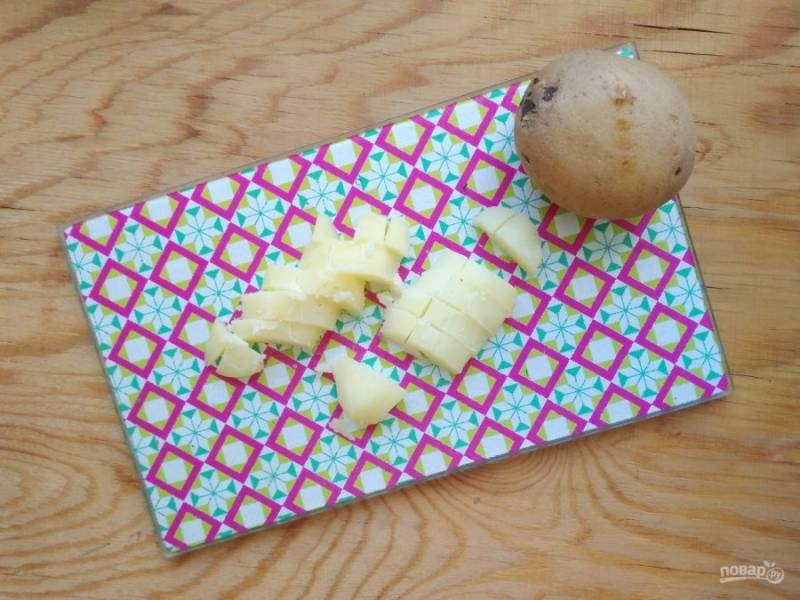 2. Остудите и почистите картофель с яйцом, затем нарежьте продукты кубиками.