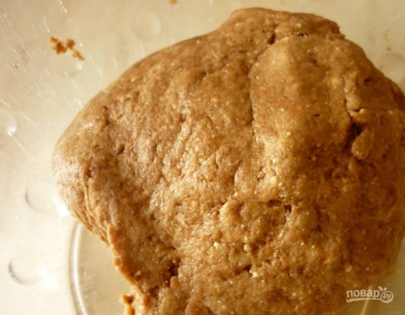 В большую миску просейте муку. К ней добавьте какао и соль с разрыхлителем. К творогу (для теста понадобится сто пятьдесят грамм) влейте растительное масло без запаха, всыпьте сахар и ваниль, вбейте одно сырое куриное яйцо. Тщательно все перемешайте и соедините вместе с сыпучими ингредиентами. Замесите гладкое тесто.