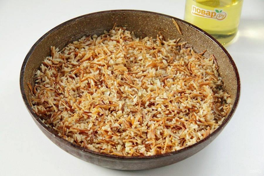 Затем перемешайте рис с вермишелью, накройте крышкой и дайте настояться еще несколько минут перед подачей.