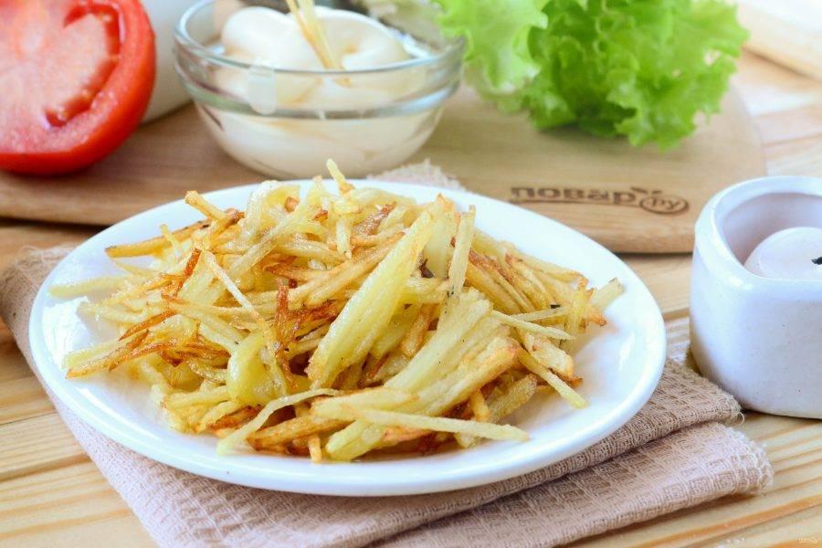 Картошка фри на мелкой терке готова. Подавать ее советую с кетчупом – это очень вкусно!