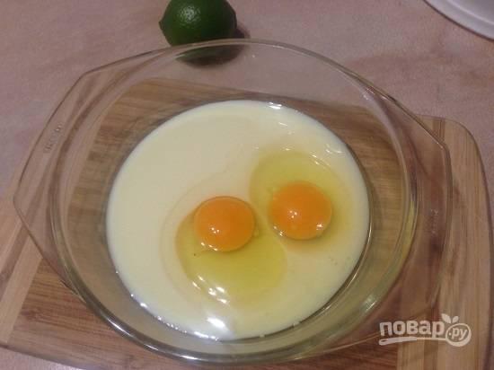 Наливаем в миску сгущенку и добавляем яйца.