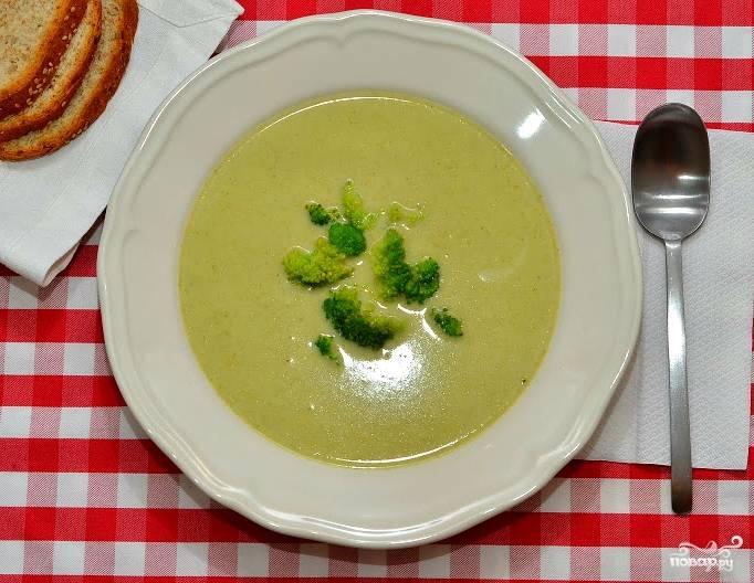 Перед подачей можете перелить крем-суп обратно в сковороду или кастрюльку и подогреть. Разливаем супчик по тарелочкам. Подаем с зеленью или оставшимися частями соцветий брокколи. Приятного аппетита!