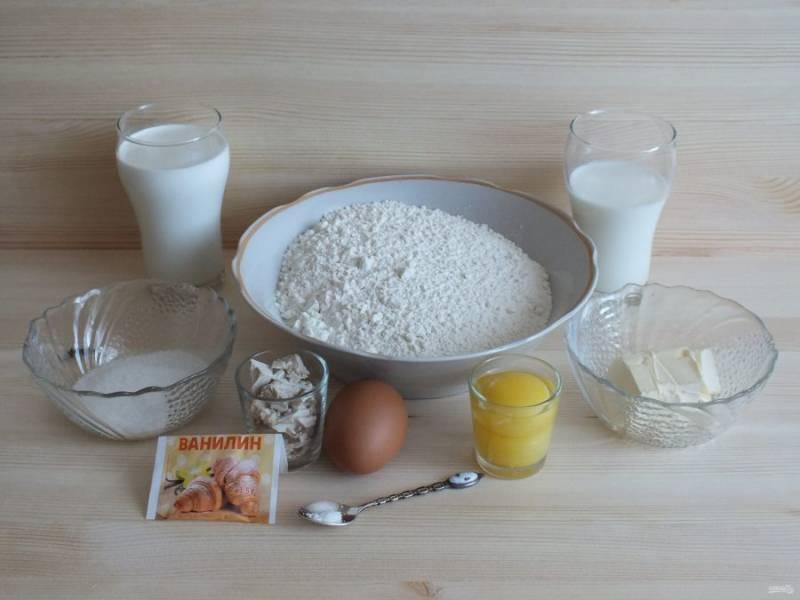 Подготовьте необходимые ингредиенты. Подогрейте молоко.