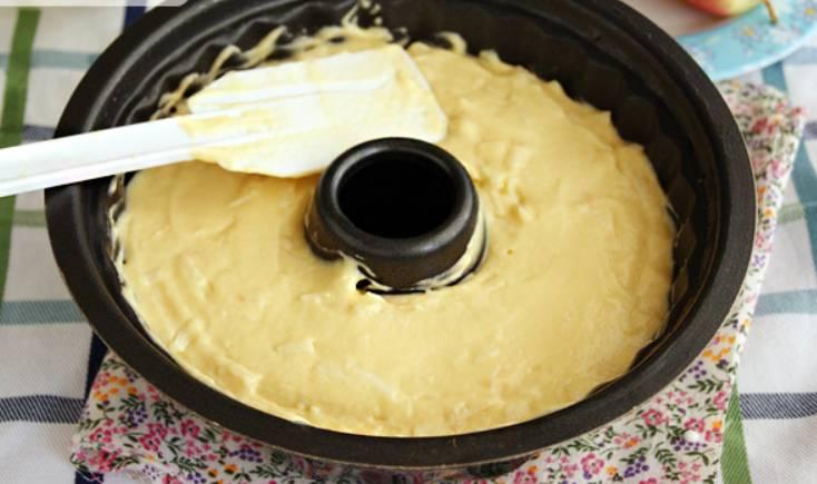 Переложите тесто в форму для выпечки кекса. Выпекайте в духовке 45-50 минут, температура 180 градусов.