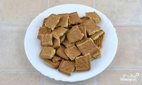 3.Печенье (идеально подойдет обычное сахарное, но можно использовать и любое другое печенье на ваш вкус) поломайте на довольно крупные части.
