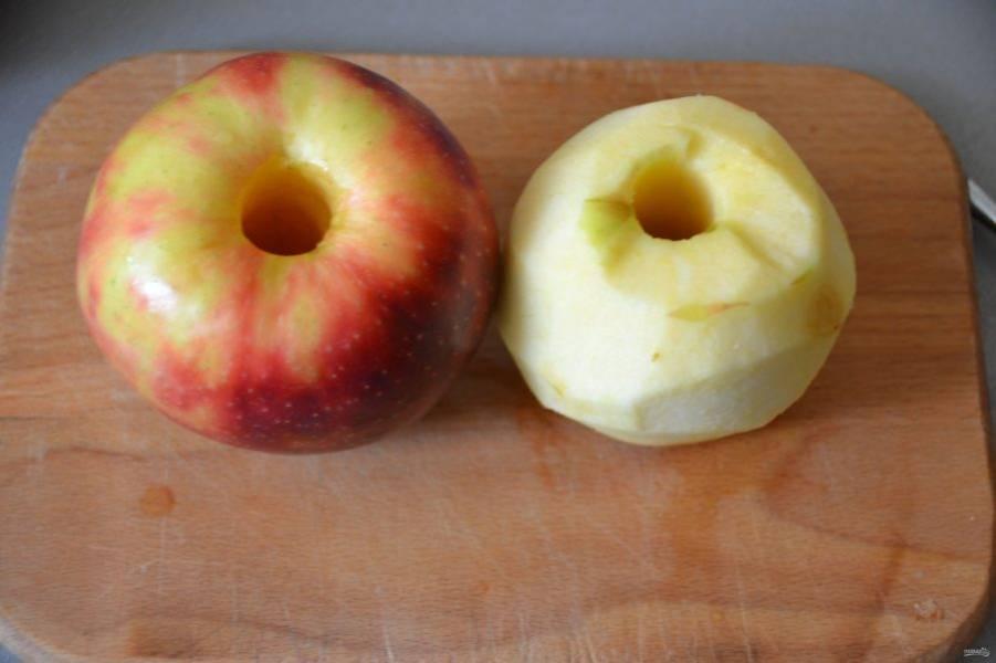 Первым делом займитесь начинкой, для этого очистите яблоки от сердцевинки и кожуры.