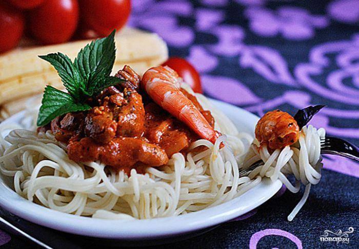 Выкладываем на тарелку отваренные спагетти, сверху поливаем соусом с морепродуктами. Приятного аппетита!
