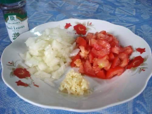 Нарезаем помидоры, лук, чеснок и базилик (можно использовать кинзу).