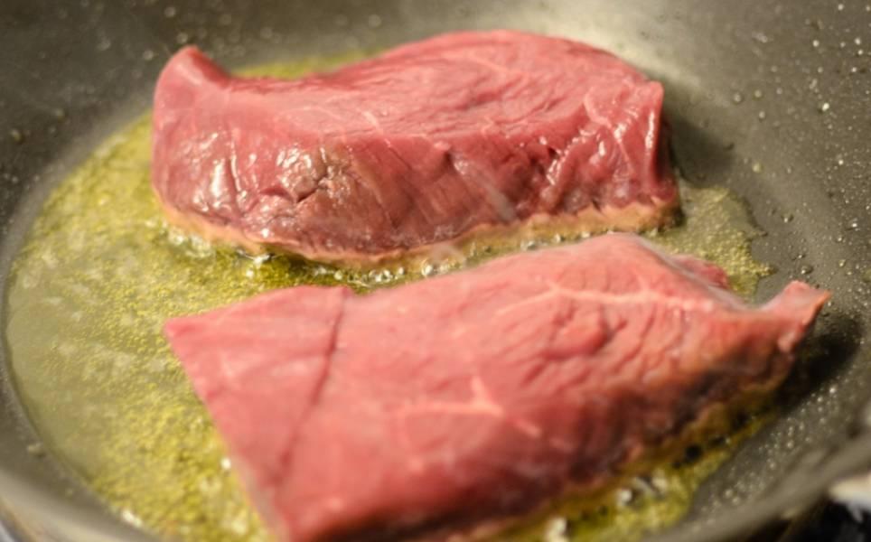 1. Мясо очищаем от пленок, на большом огне обжариваем до появления золотистой корочки.