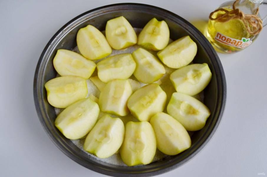 3. Яблоки вымойте, порежьте на четвертинки, удалите сердцевинки, а вот кожуру снимать не нужно, в ней больше всего пектина. Наберите в миску немного воды, добавьте лимонный сок, окунайте яблоки, чтобы окислить их. Выкладывайте плотно четвертинки.