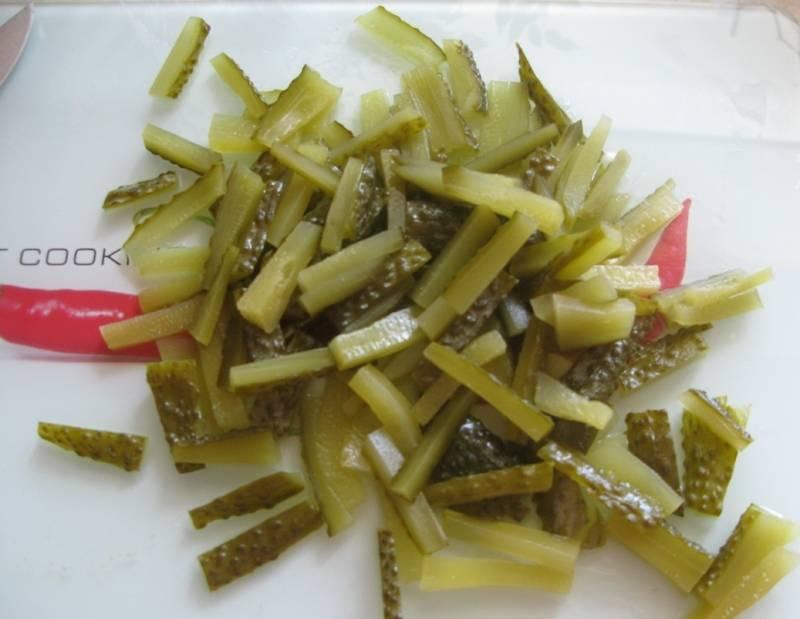 5. Ну, и в завершении измельчает соломкой огурцы  и смешиваем их с говядиной и овощами в сковороде. Жарим все до готовности. Огурцы лучше брать соленые (простого засола).