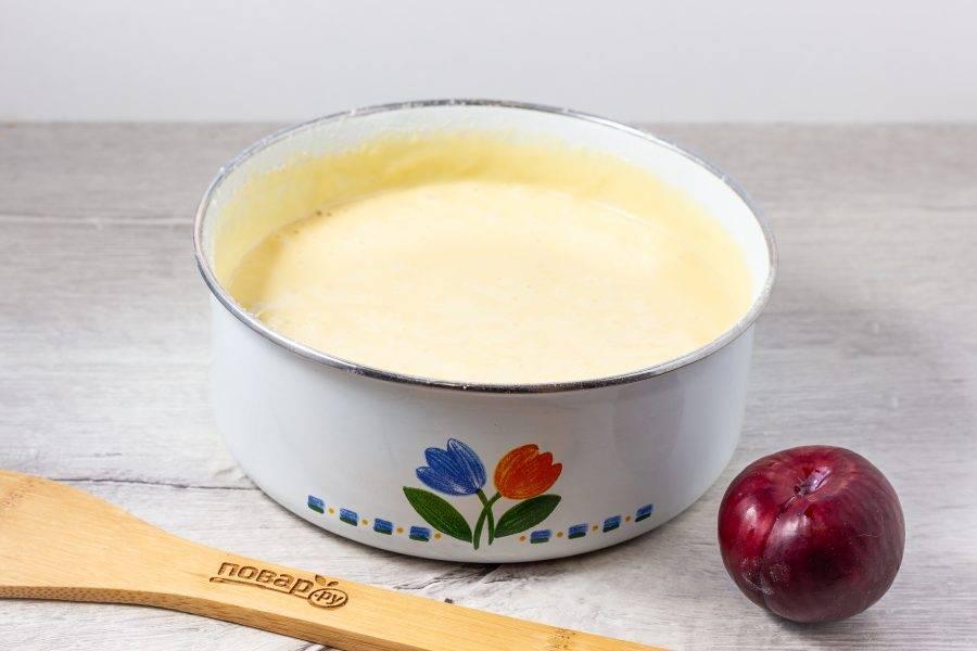 Муку смешайте с разрыхлителем и постепенно введите в массу. Должно получиться довольно жидкое тесто.