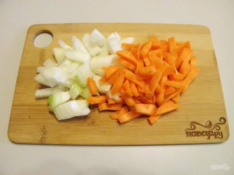 2. Очистите овощи, порежьте лук не большими кубиками или полукольцами, морковь порежьте брусочками.