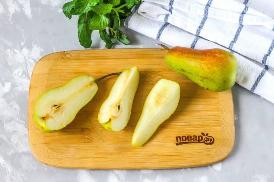 Последними очистите груши, разрезая их на четыре части и срезая семенные блоки. Промойте мякоть в воде и сразу же сбрызните лимонным соком, чтобы она не потемнела.