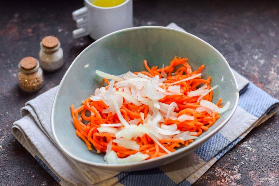 Очистите репчатый лук, сполосните, нарежьте полукольцами. Добавьте лук к моркови.