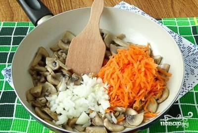 Морковь и лук почистите. Мроковь промойте, натрите на тёрке. Лук мелко нашинкуйте. Начните обжаривать грибы до лёгкого румянца в сковороде. Потом добавьте к ним лук с морковью. Перемешайте и жарьте пару минут.