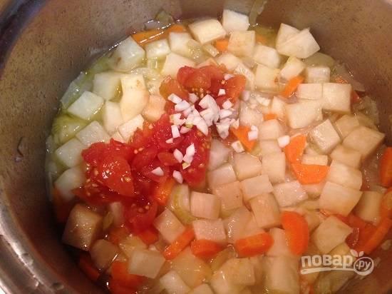5. Отправляем в кастрюлю помидоры и чеснок. Посолим и добавим оставшееся количество воды или бульона (лучше добавлять горячую воду). Варим минут 10-15.