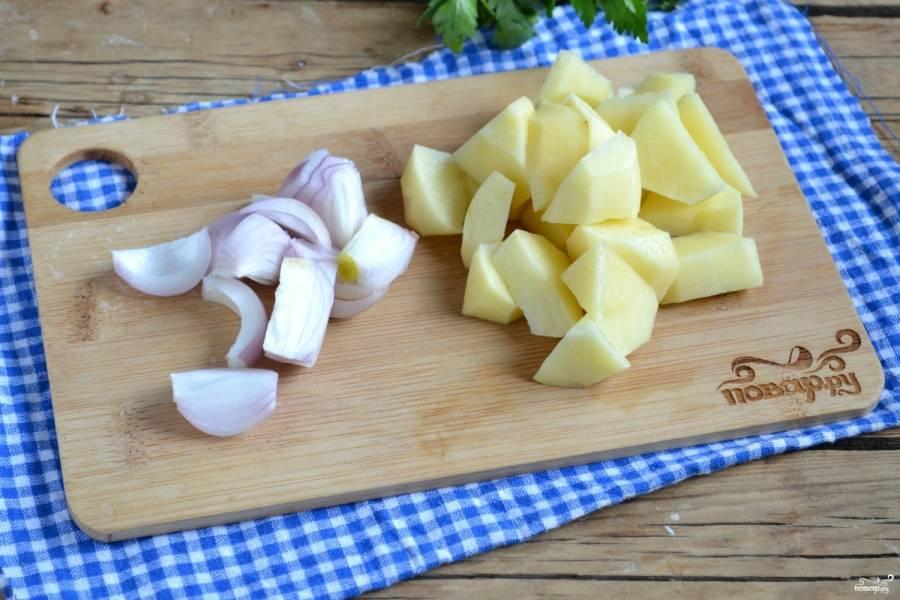 Картофель и лук порежьте на куски среднего размера и отправьте в кипящий бульон, добавьте соль и душистый перец. Варите 20 минут. Бульон можете брать любой: овощной, куриный, мясной, грибной - в любом случае получится очень вкусно.