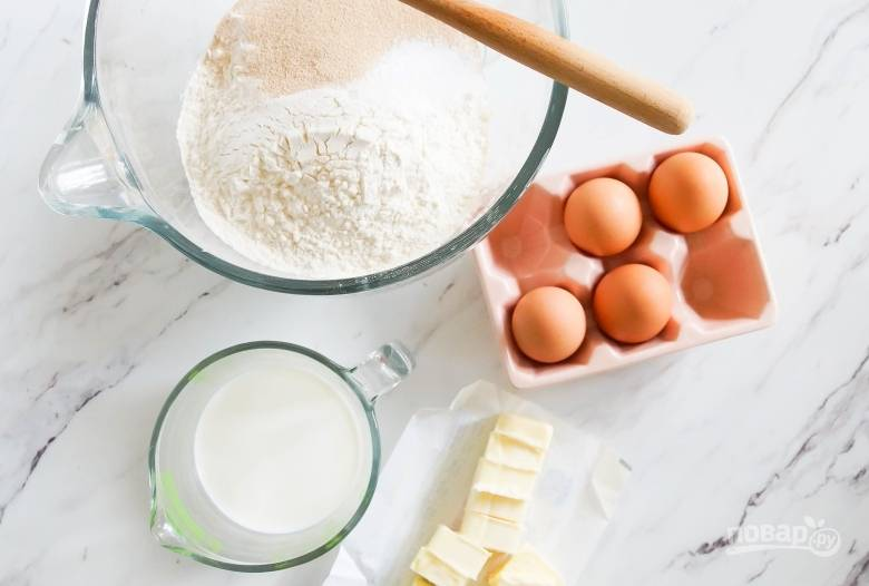 1. Замесите тесто, смешайте в глубокой миске муку, дрожжи, соль и ванилин. В другой миске взбейте яйца с половиной чашки сахара, 100 грамм масла с молоком. Объедините сухую смесь с яичной и замесите тесто.