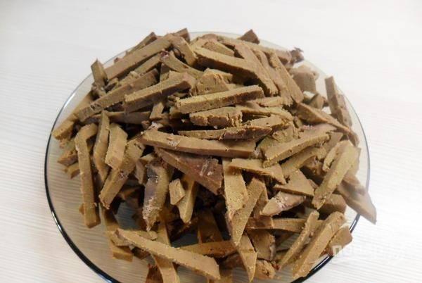 Печень вымойте и положите в холодную чистую воду в кастрюльку. Доведите до кипения воду, посолите и варите печень до готовности. Затем остудите печень и зачистите ее от пленок и жилок. Нарежьте печень соломкой.
